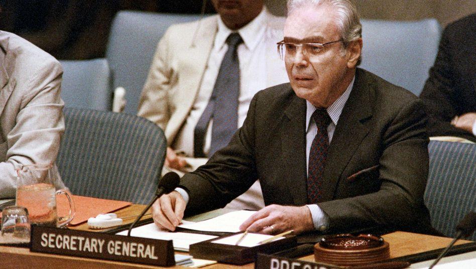 Javier Pérez de Cuéllar 1988 bei einer Sitzung des Uno-Sicherheitsrats: 1981 wurde er als Vertreter der Dritten Welt einstimmig zum Nachfolger des Österreichers Kurt Waldheim an die Spitze der Weltorganisation gewählt