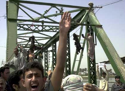 An einer Brücke in Falludscha hängen die Leichen von Amerikanern - die Menge skandiert antiamerikanische Slogans