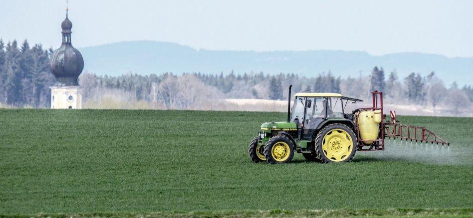 Landwirt bei Einsatz von Pflanzenschutzmitteln in Bayern