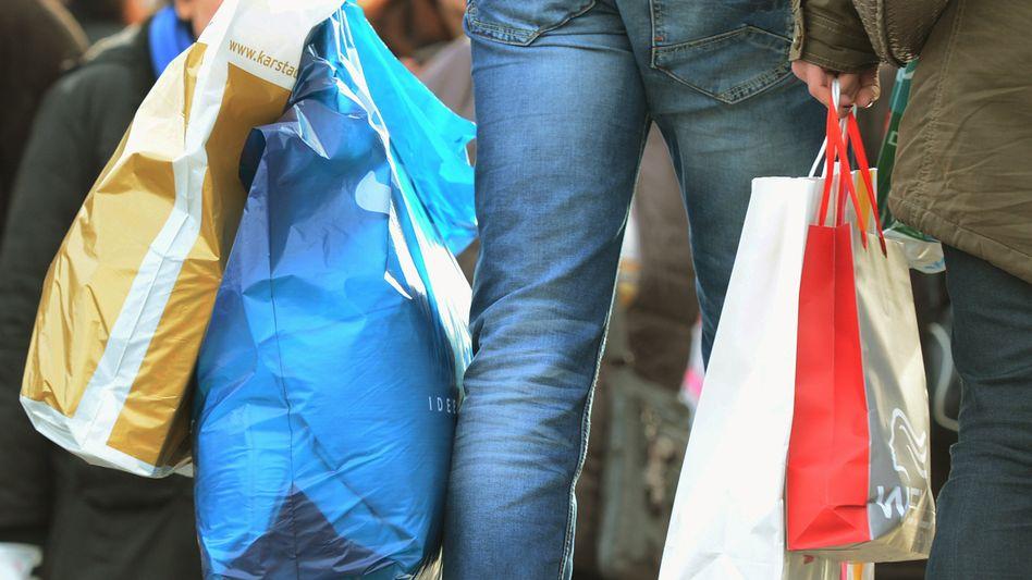 Passanten mit Einkaufstüten (Archivbild)