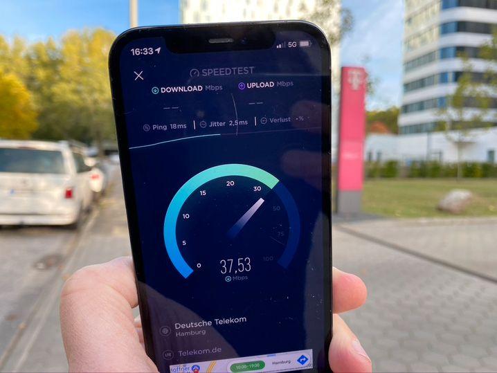 5G-Test vor der Hamburger Niederlassung der Telekom
