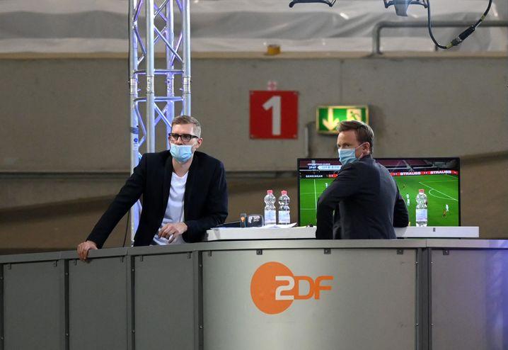 Per Mertesacker (l.) und ZDF-Moderator Jochen Breyer