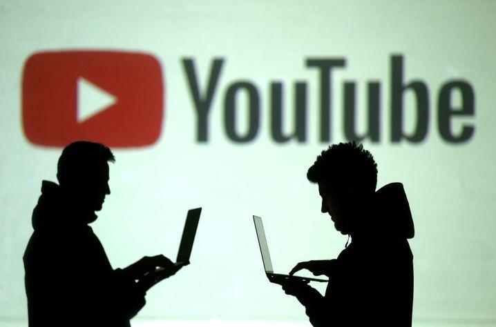 Nutzer vor YouTube-Logo (Symbolbild): Möglicherweise wegweisende Gespräche