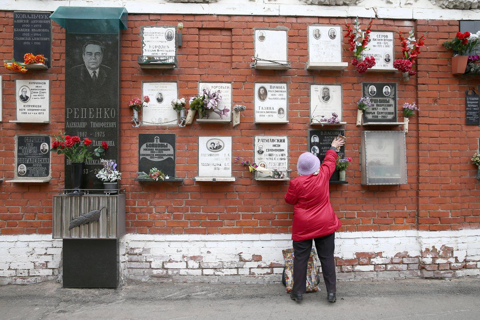 EINMALIGE VERWENDUNG Moskau/ Friedhof