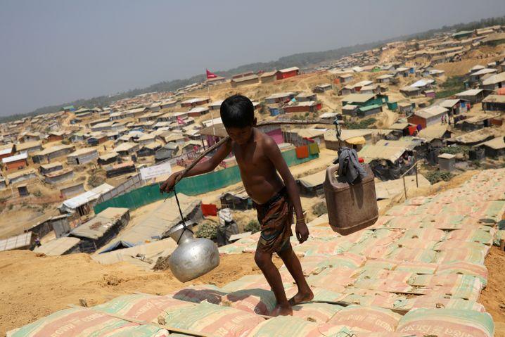 """Ein Junge im Flüchtlingslager von Kutupalong: """"Wir haben nicht genug Platz hier"""""""