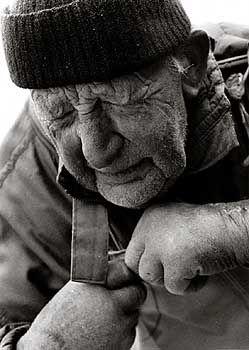 Der Alte: Zeit und Wind haben sein Gesicht aufgewühlt, der Zug der Netze krümmte die Gestalt