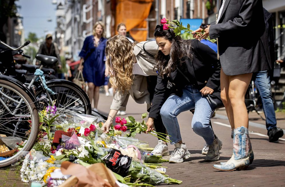 """Mourners at the scene of the crime: """"De Vries was lying completely lifeless on the ground."""""""