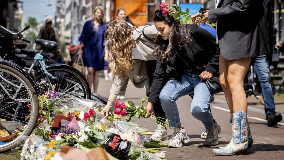 Trauernde an Tatort in Amsterdam: »De Vries lag völlig leblos am Boden«