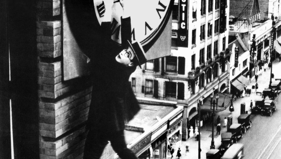Harold Lloyd in einer Filmszene: Vor allem Männer hängen an ihren Überstunden