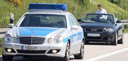 Auf der Suche nach dem verlorenen Geld: Tausende Euro wirbelten einem jungen Mann aus Niedersachsen aus dem Cabrio