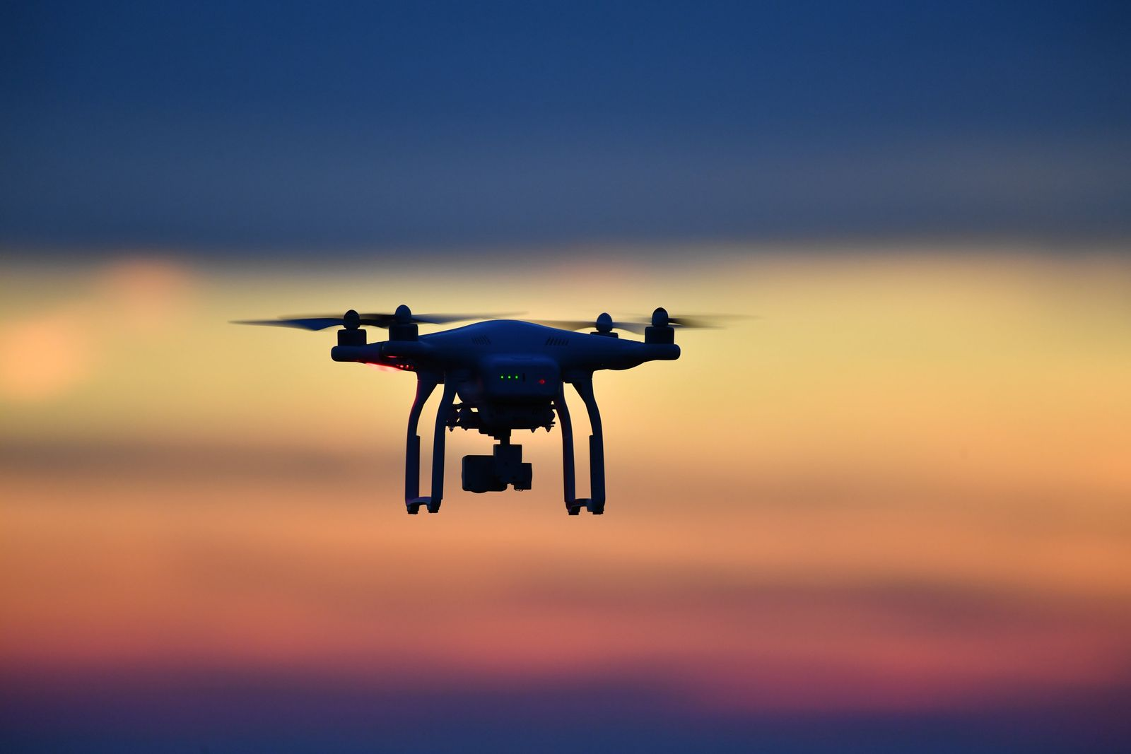 Drohne fliegt am Abend