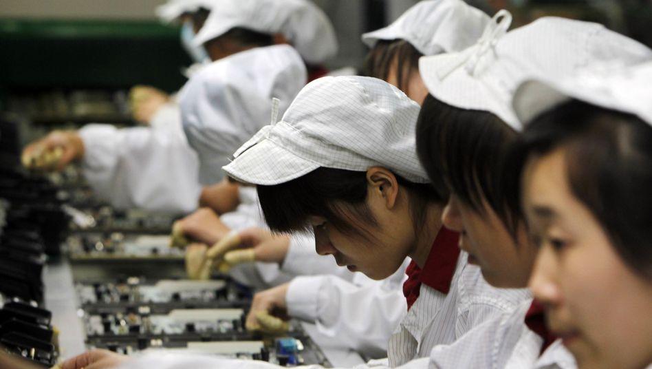 Arbeiter bei Foxconn (Archivbild): Alle drei Sekunden ein iPhone auf dem Fließband