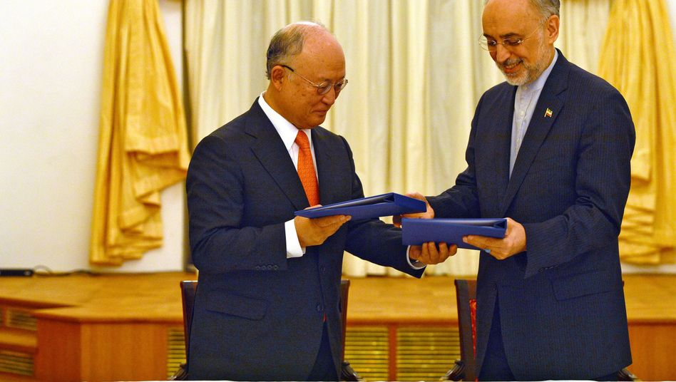 Vereinbarung unterzeichnet: Yukiya Amano (l., Chef der Internationalen Atomenergiebehörde IAEA) und der Chef der iranischen Atombehörde, Salehi.