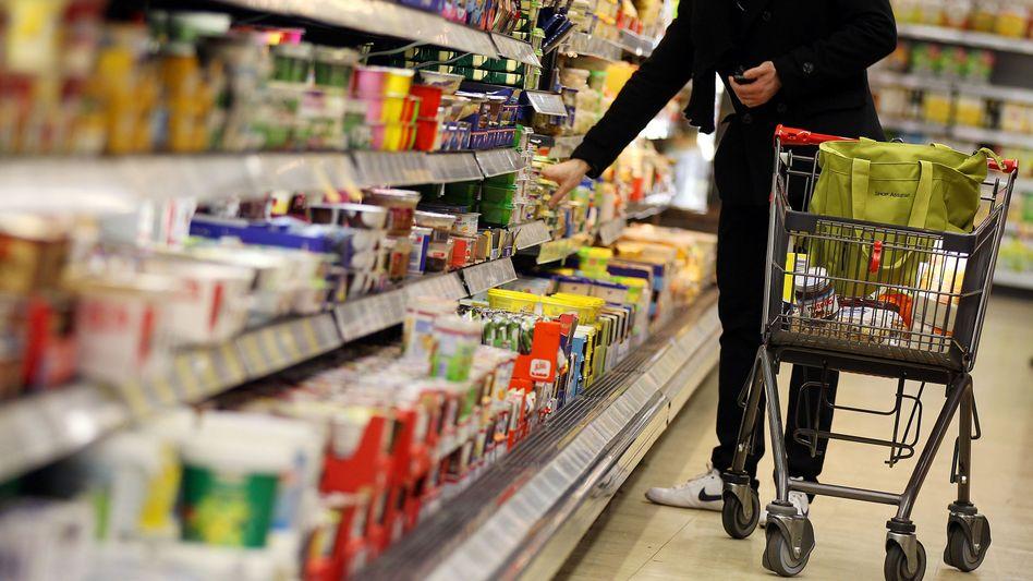 Kunde im Supermarkt: Wetterkapriolen lassen Preise steigen