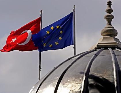 Türkische Fahne neben EU-Flagge in Istanbul: Auf dem Weg in den europäischen Club