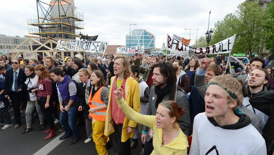 Protestzug von Ernst-Busch-Studenten (am Montag): Es geht um rund zwei Millionen Euro