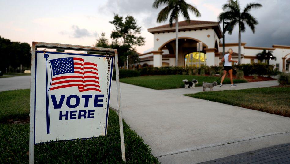 """Ein Schild mit der Aufschrift """"Vote here"""", Wähle hier, in Florida"""