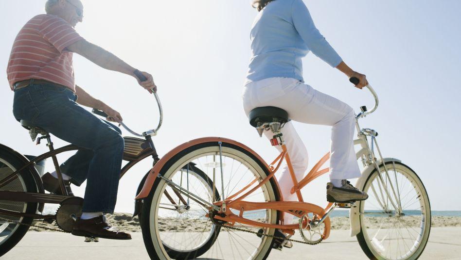 Mit dem Fahrrad auf Tour: Ausdauersport kann - im Gegensatz zu Kraftsport - Krebspatienten munterer machen