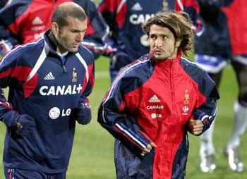 Lizarazu (r.) mit Zinedine Zidane: Keine Zukunft in München