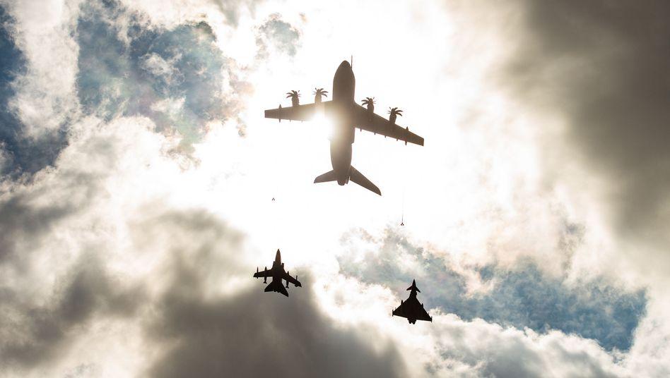 """Ein Airbus A400M Transportflugzeug (Mitte) fliegt vor einem Panavia 200 Tornado Kampfjet (links) und einem Eurofighter Typhoon Mehrzweckkampfflugzeug (rechts): """"Verschlusssache - nur für den Dienstgebrauch"""""""