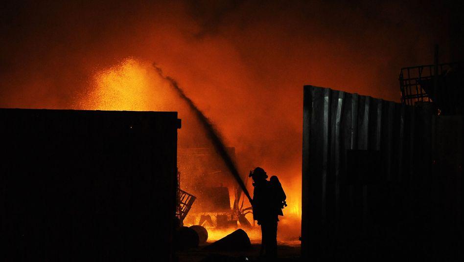 Brennende Fabrik im Süden Israels nach Raketenbeschuss aus dem Gaza-Streifen