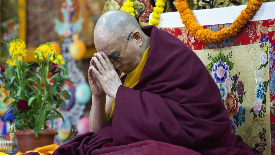 Dalai Lama beim Gebet: Streit um seine Wiedergeburt