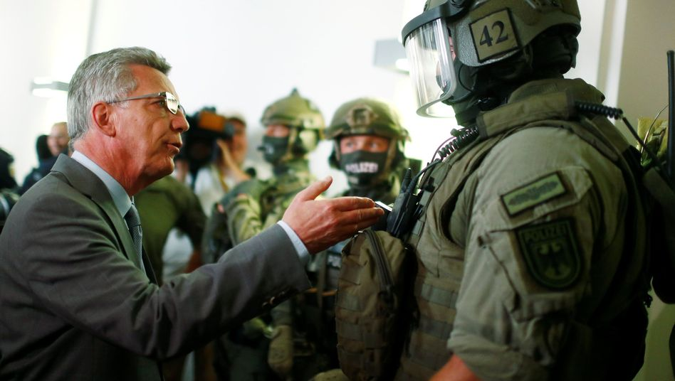 Innenminister de Maizière mit GSG9-Einheit