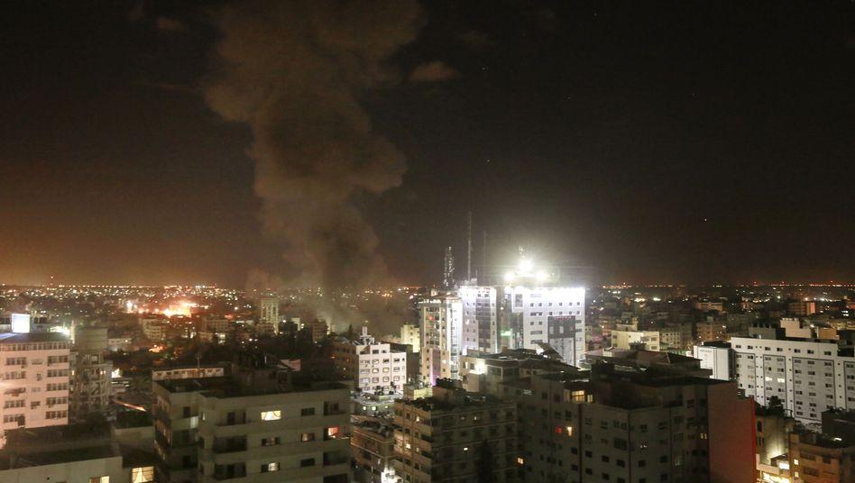 Rauch steigt nach einem Angriff der israelischen Luftwaffe in Gaza auf