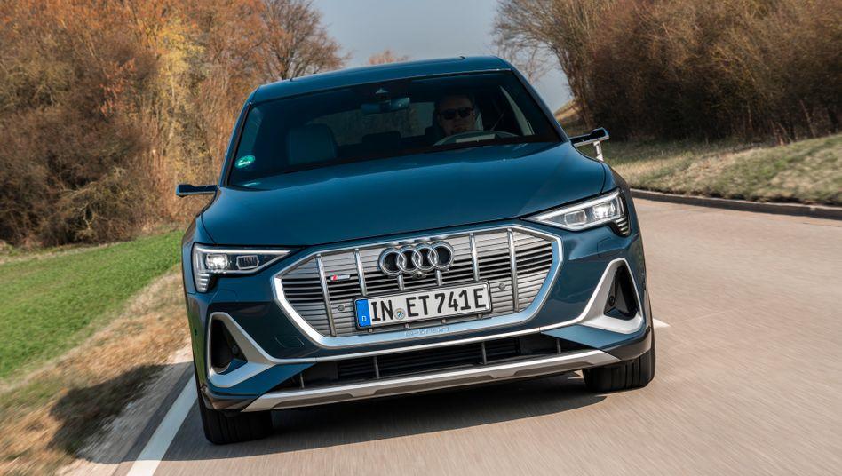 Der neue Audi e-tron Sportback tritt mit martialischer Frontpartie fast schon Furcht einflößend auf.