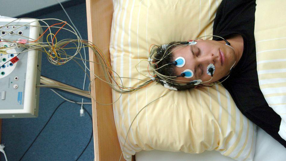 Patient im Schlaflabor: Träume helfen beim Lernen