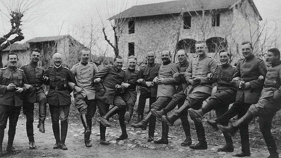 Feierlaune: Am Geburtstag Wilhelms II. ließen sich diese deutschen Offiziere 1918 in Italien fotografieren.