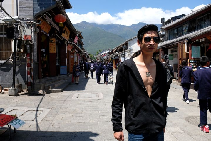 Passant in Dali: Auf der Brust ein Hakenkreuz, ein in China eher unübliches Tattoo