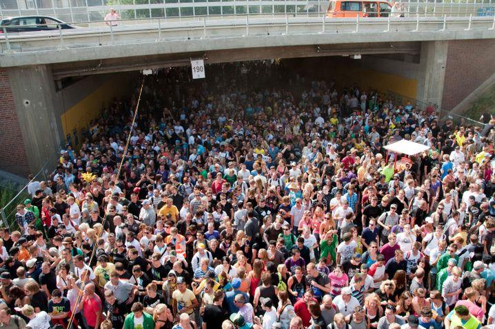 Tausende Raver drängen sich in und vor dem Tunnel in Duisburg