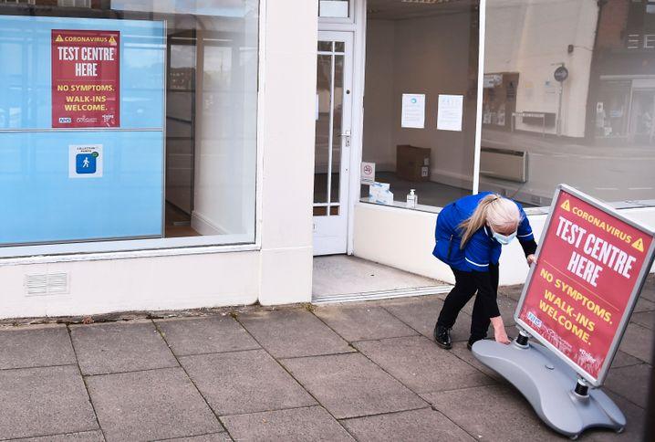 Eine Krankenschwester stellt ein Schild vor ein Corona-Testzentrum in Newcastle: Die britische Regierung will die Zahl der Zentren deutlich erhöhen