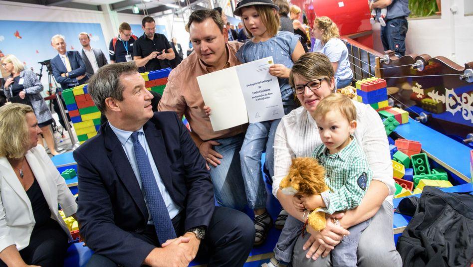 Markus Söder bei öffentlicher Übergabe eines Bescheids für Familiengeld
