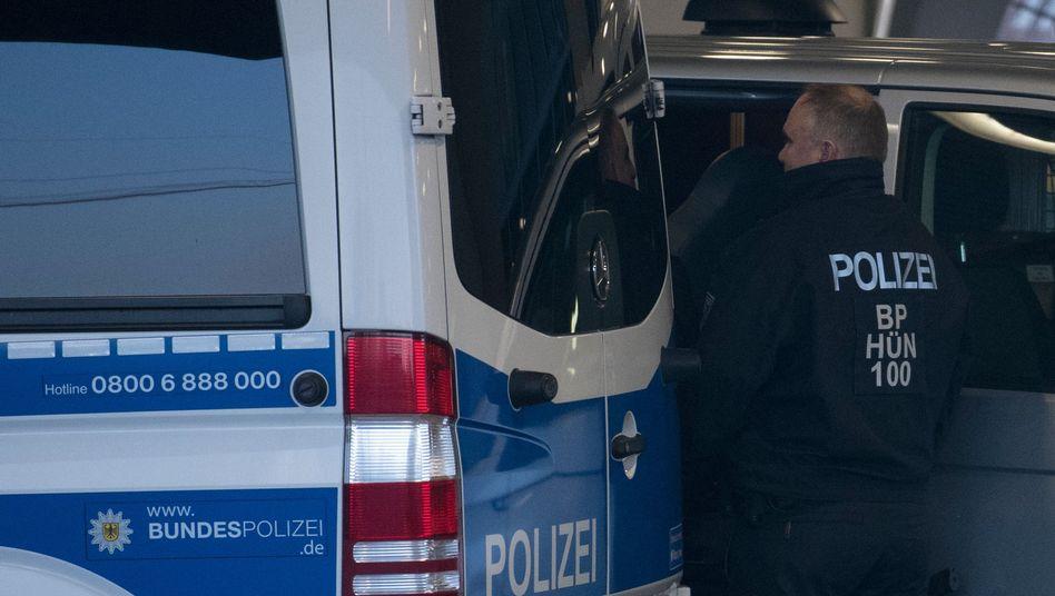 Fahrzeuge der Bundespolizei blockieren im Dezember 2018 am Flughafen Frankfurt die Sicht auf Afghanen, die nach Kabul abgeschoben werden sollen