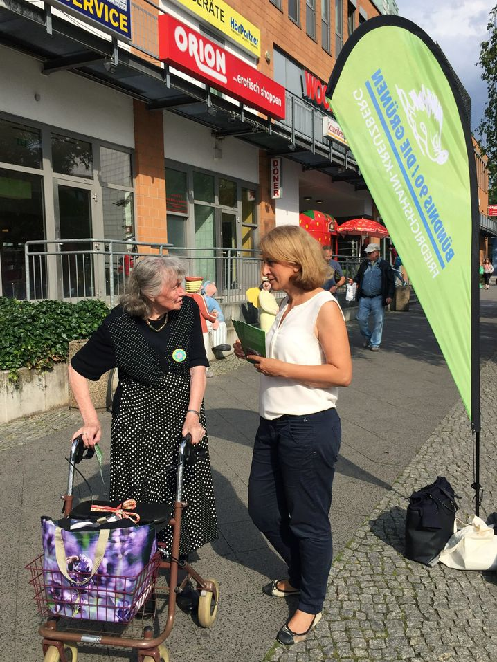 Canan Bayram beim Straßenwahlkampf in Berlin