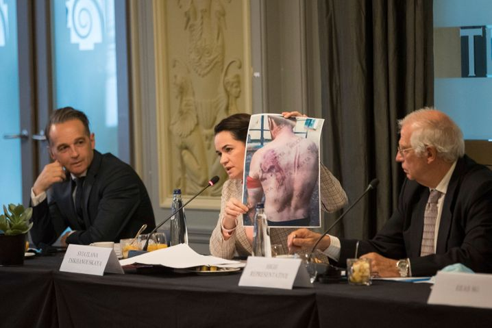 Die belarussische Oppositionsführerin Tichanowskaja zwischen Außenminister Maas und dem EU-Außenbeauftragten Borrell