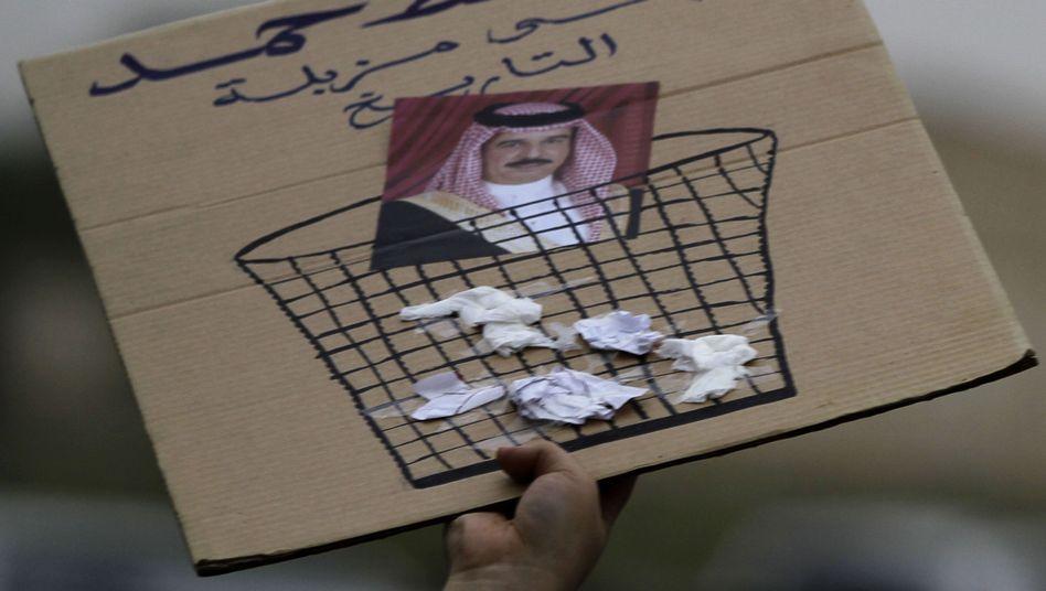 """Protest gegen den Herrscher: """"Nieder mit Hamad in den Papierkorb der Geschichte"""""""