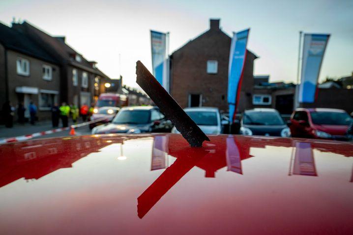 Flugzeugtrümmer beschädigen Autodach: Nach dem Brand in einem Motor waren die Metallteile in Maastricht zur Erde gestürzt