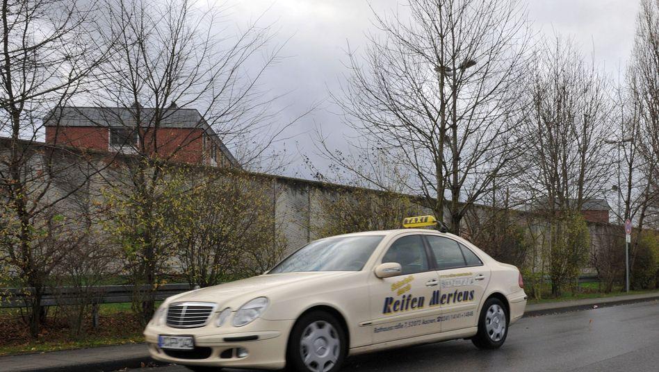 """Ein Taxi vor der Außenmauer der JVA Aachen: """"Wir gehen von keinem Zufall aus"""""""