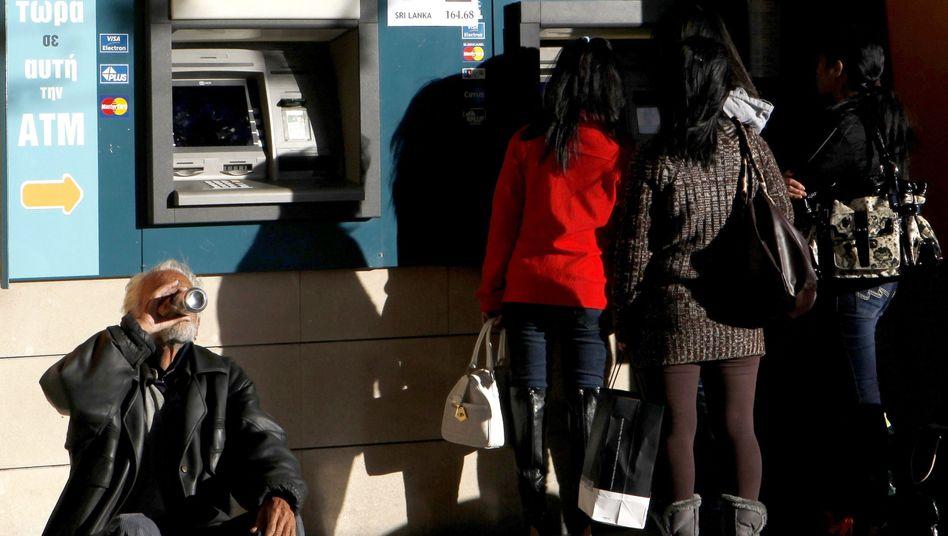 Kleinsparer vor Geldautomaten: Unsichere Einlagen