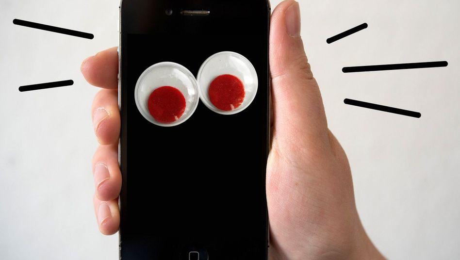 Smartphone spioniert Nutzer aus (Illustration): Angriff auf Android, iOS, Windows Mobile und Blackberry im Angebot