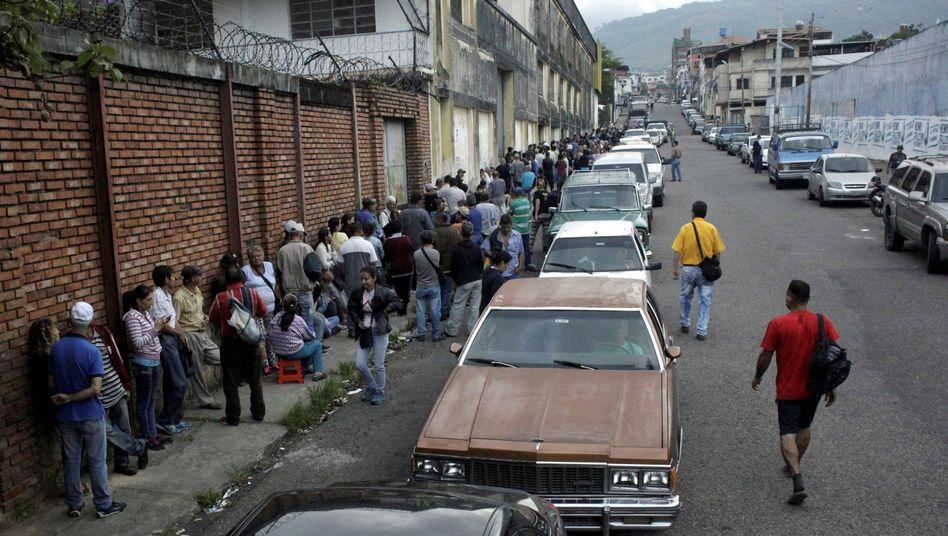 Autoschlange im venezolanischen San Cristobal