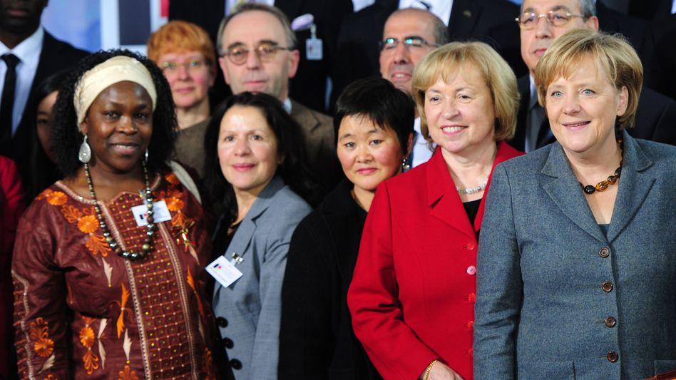 Kanzlerin Merkel mit Gipfelteilnehmern: Viertes großes Treffen im Kanzleramt