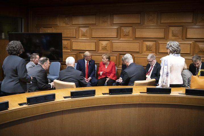 Bundeskanzlerin Merkel (5.v.r) und der US-amerikanische Präsident Donald Trump (5.v.l)