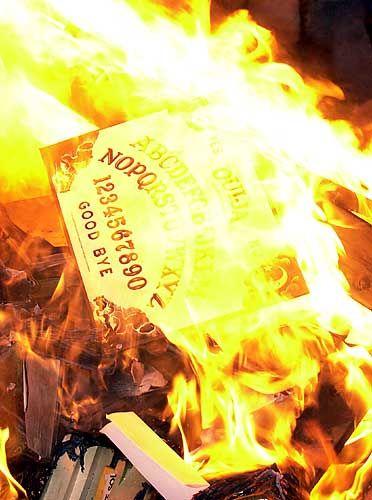 """Bücherverbrennung in den USA (Dezember 2001): Shakespeares Werke, Harry-Potter-Bücher und Platten von AC/DC im """"heiligen Feuer"""""""