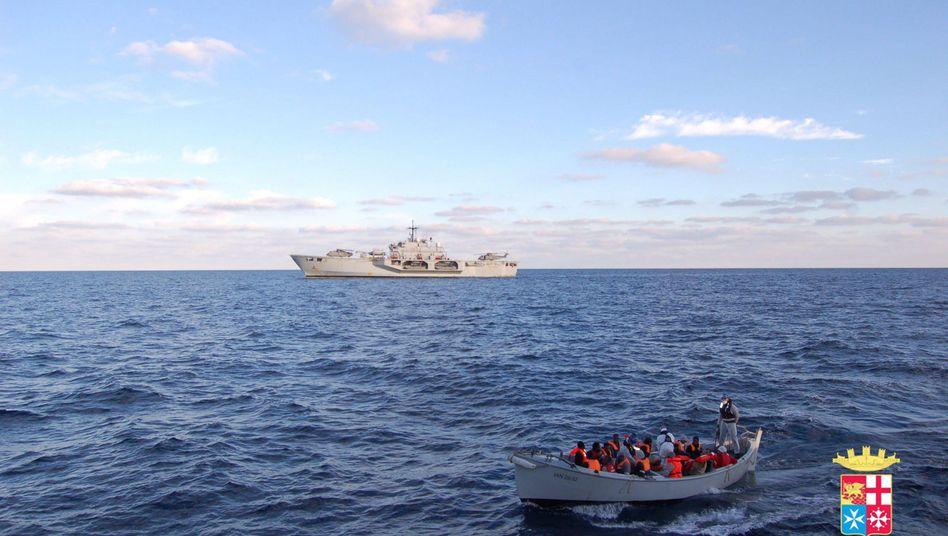 Italienisches Schiff, Flüchtlingsboot (Archivbild): Schon bald könnte EU-Mission starten