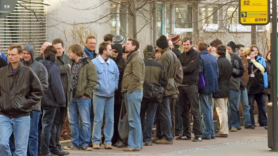 Schlange vor Arbeitsagentur: Die meisten Arbeitslosen wollen trotzdem nicht umziehen