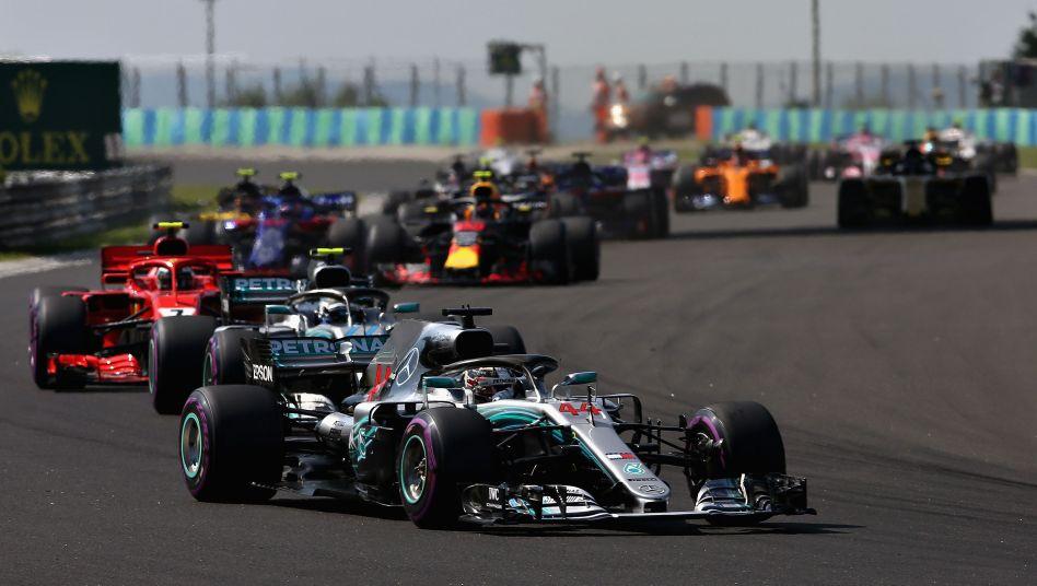 Lewis Hamilton führt das Feld an